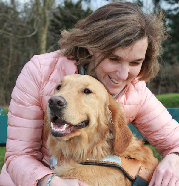 Jeune femme et son chien guide
